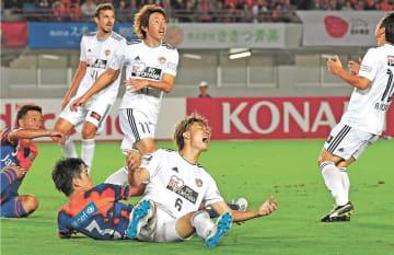 第27節長崎戦の終了間際、相手ゴール前でシュートを阻まれて悔しがる仙台・板倉(6)