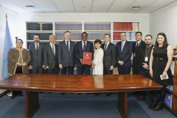 国連の中満泉事務次長(中央右)ら、武器貿易条約の式典に参加した関係者=14日、ニューヨーク(ANDREW・KELLY/ControlArms提供、共同)