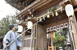 楼門、仮社殿すす払い 会津美里・伊佐須美神社で新年準備