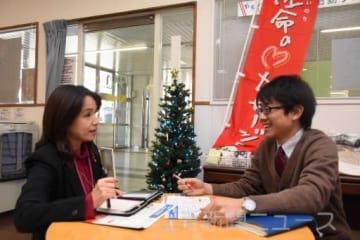 イベントに向けて話し合う長岡さん(右)と近藤さん