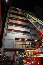 はしご車による救助活動=14日午後10時21分、西宮市