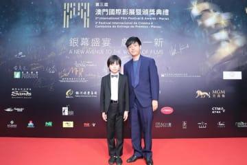 レッドカーペットに登場した佐藤結良さん(左)と奥山大史監督=2018年12月12日、マカオ文化センター(写真:International Film Festival & Awards, Macao 2018)