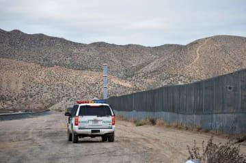 米西部ニューメキシコ州のメキシコ国境付近=2016年1月(AP=共同)