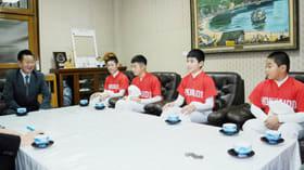 青山市長に抱負を語る小林、川島、菊池、堀合(左から)の4選手と五十嵐監督