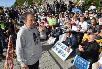 市民らの集会で土砂投入に抗議の声を上げる玉城デニー知事(左)=15日午前、名護市の米軍キャンプ・シュワブゲート前