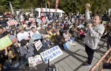 沖縄県名護市辺野古で開かれた、埋め立て用の土砂投入に抗議する集会で気勢を上げる玉城デニー知事(右端)=15日午前