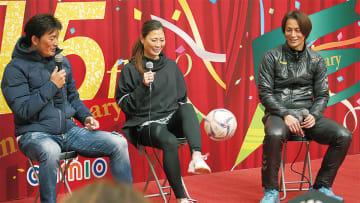 トーク中に座りながらのリフティングを披露した宇津木選手(中央)とそれを見守る岩本さん(左)、永井選手