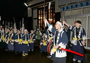 子どもたちが勝ちどきを上げながら市街地を行進した義士祭=14日、新発田市