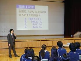 前田院長からがんの正しい知識を学んだ生徒たち