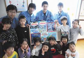 室蘭幼稚園に手作り本棚を寄贈した室蘭工業高校建築科の生徒たち