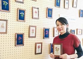 チャリティーで刺しゅう作品を展示販売している「サワディー」の金井さん