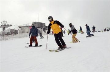 五ケ瀬ハイランドスキー場で初滑りを楽しむスキーヤーたち=14日、宮崎県五ケ瀬町