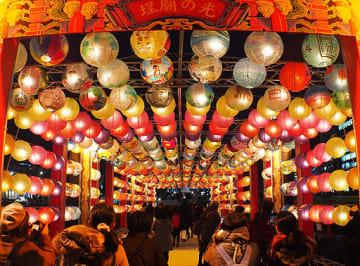 異国情緒を漂わせながら優美な明かりをともすランタン=14日夜、大阪市北区の中之島公園