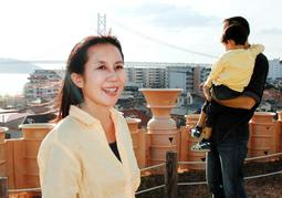 「夫のおかげで、子育てが本当に楽しい」と話すバンガートめぐみさん=神戸市垂水区五色山