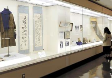 自家製の紡毛機で作られたオーバーなどが展示されている企画展