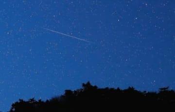 夜空を彩る「ふたご座流星群」の流れ星=14日午後9時41分、大分市の平成森林公園