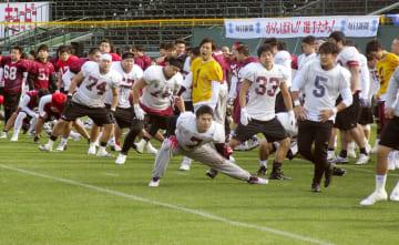 関学大との一戦に向け、調整する早大の選手=甲子園