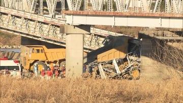 橋桁が落下 運転手の救出続く ダンプカーが下敷きに 埼玉