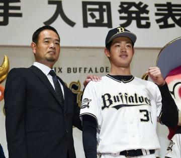 オリックスの新人選手の入団記者会見で写真に納まるドラフト1位の太田椋内野手ら=15日、大阪市