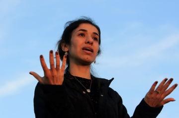 14日、イラク北部シンジャールで演説するノーベル平和賞受賞者のナディア・ムラド氏(ロイター=共同)