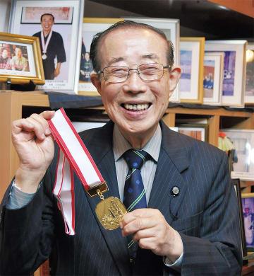 金メダルを手に満面の笑みを浮かべる竹松さん