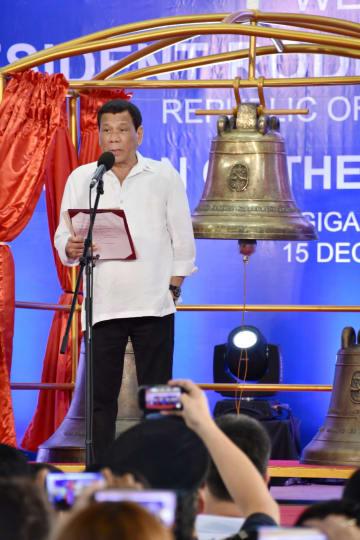 15日、「バランギガの鐘」の返還式典で演説するドゥテルテ大統領=フィリピン・バランギガ(共同)