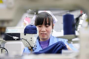 輸出型アパレルメーカー、新年の生産ピーク迎える 山東省青島市