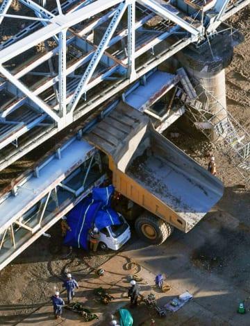 旧上武大橋の橋桁の一部が落下し、下敷きになったダンプカー=15日午後3時36分、埼玉県深谷市(共同通信社ヘリから)