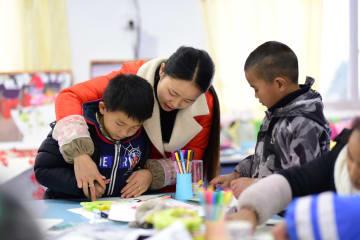 1990年代生まれの農村教師、子どもたちに色彩を与える 貴州省丹寨県