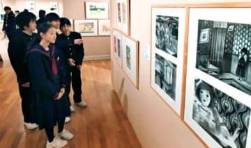 個性的な絵本原画を鑑賞する来場者=鹿児島市の長島美術館