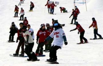 カープのユニホーム姿でスノーボードやスキーを楽しむ来場者