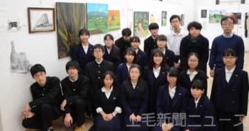 初めての合同作品展を開いた両校美術部のメンバー