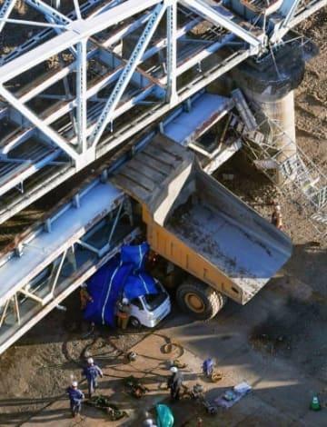旧上武大橋の歩道の橋桁の一部が落下し、下敷きになったダンプカー=15日午後3時36分、埼玉県深谷市(共同通信社ヘリから)