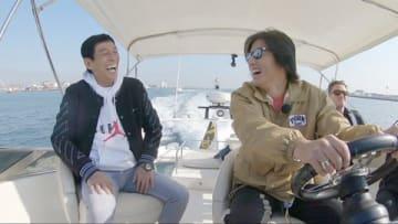 特別番組「さんタク」で船舶を操縦する木村拓哉さん(右) =フジテレビ提供