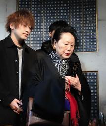 両親の位牌を手に訪れた幸田雅子さん(右)。孫の拓哉さん(左)らが銘板を取り付けた=15日午後、神戸市中央区加納町6(撮影・斎藤雅志)