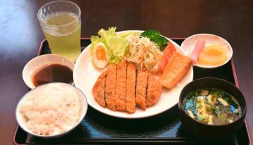 とんかつ定食(600円)には、シーブン(おまけ)として揚げ豆腐も付く