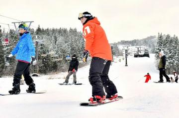 初滑りを楽しむスノーボーダーたち=12月15日、福井県勝山市のスキージャム勝山