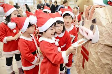 年賀はがきをポストに入れる園児=12月15日、福井県福井市の福井南郵便局