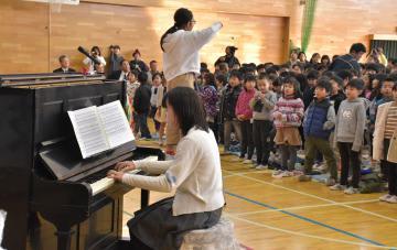 被爆ピアノの音色に合わせて全校で合唱した=取手市下高井