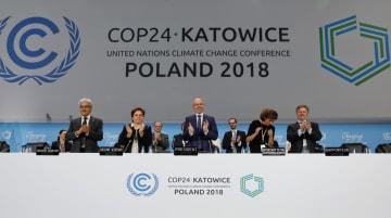 パリ協定の実施ルールについて大枠で合意した国連気候変動枠組み条約第24回締約国会議(COP24)=15日、カトウィツェ(ロイター=共同)