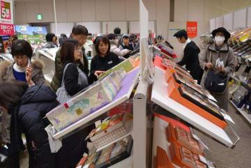 大勢の人でにぎわう歳暮売り場。5千円台の商品も人気を集める=15日、盛岡市菜園のカワトク