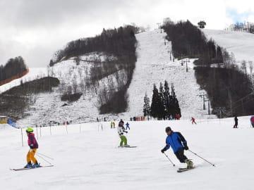 初滑りを楽しむスキーヤーら=高山市丹生川町久手、ほおのき平スキー場