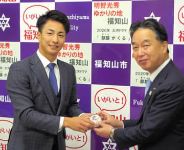 プロ野球での活躍を誓う森脇投手(左)=(福知山市役所・福知山市内記)