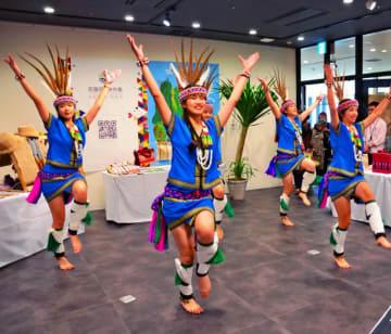 台湾フェアで披露された先住民族アミ族の伝統ダンス=15日、沖縄タイムス社