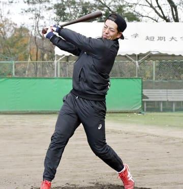 母校で自主トレのロングティーを行う広島の野間=中部学院大硬式野球部グラウンド