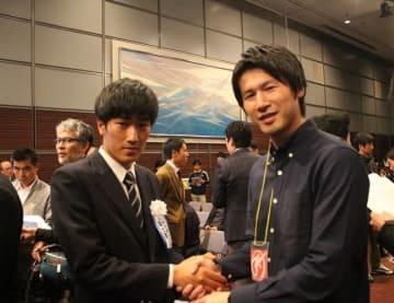 長谷川翔主将(左)、佐々木竜太編集長(右)