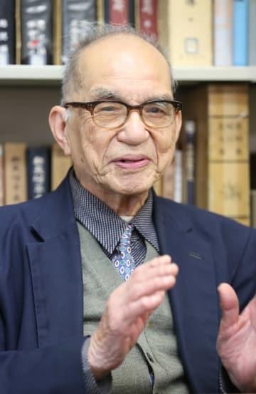 「長崎の人が集まって世間話をすることが長崎学」と語る越中さん=長崎歴史文化協会事務所
