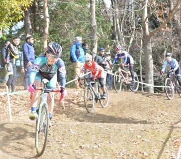 アップダウンが続く林間エリアを走るシクロクロスの選手たち15日、午前11時5分、宇都宮市新里町