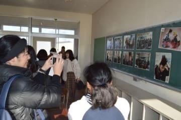 旧足利西高の教室で写真撮影をする参加者