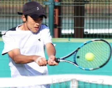 男子14歳以下シングルスで3位に輝いた高松(前橋カレッジ)=ALSOKぐんまテニスコート